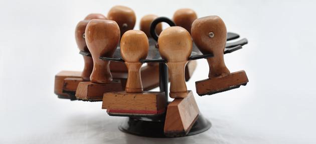 Desburocratizar - foto com vários carimbos, retrato da burocracia